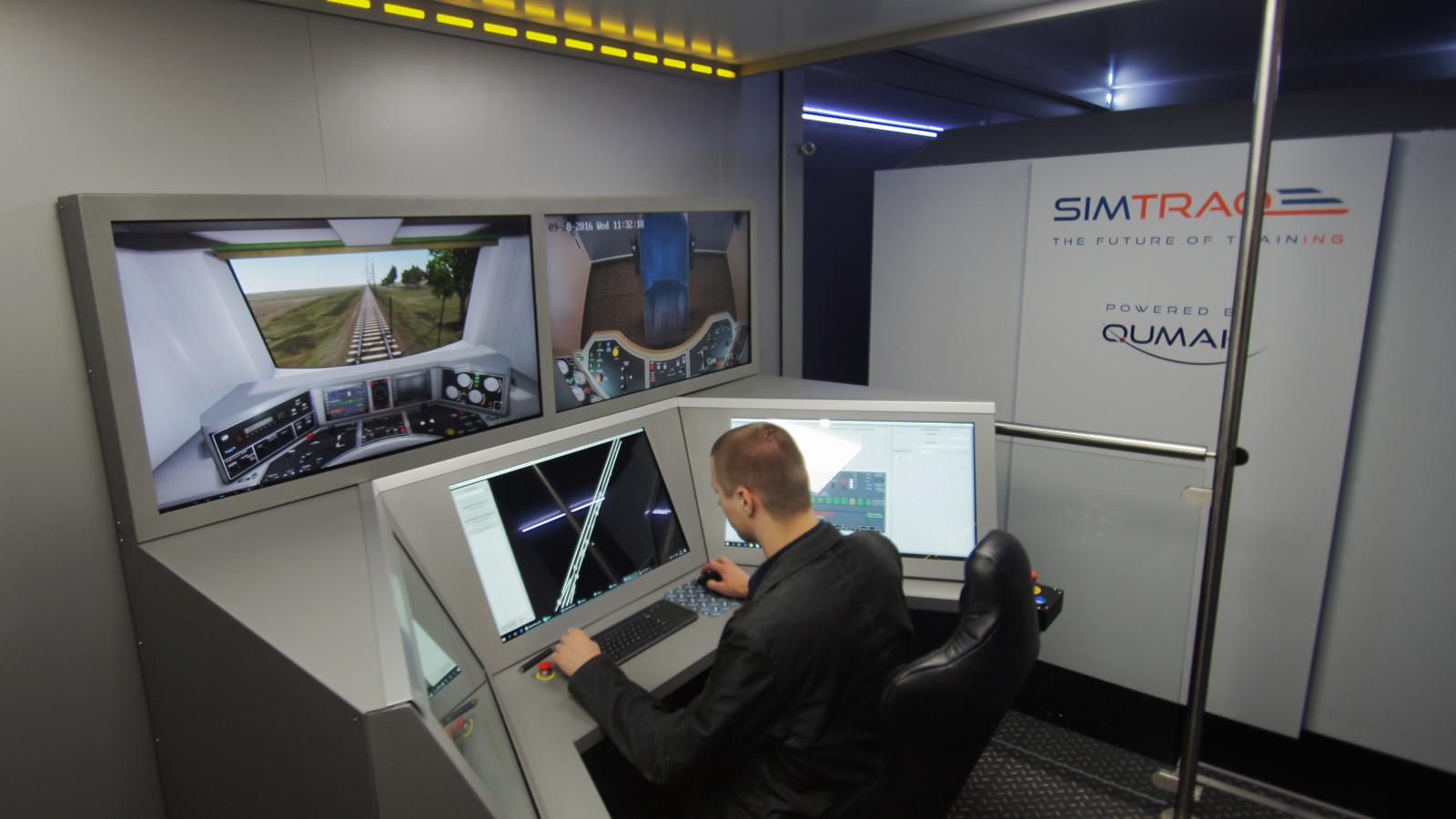 Stanowisko instruktora w mobilnym symulatorze lokomotywy SITMRAQ